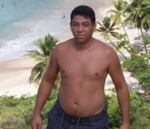 Flávio Esdras é acusado de ter assassinado a dona do um posto de combustíveis; ele está sendo procurado