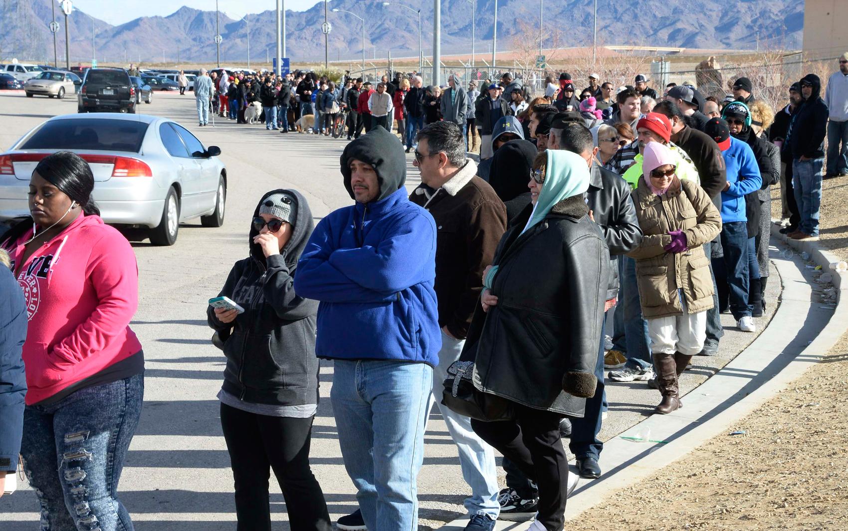 Centenas de pessoas fazem fila para comprar os bilhetes para concorrer ao maior prêmio da história da loteria norte-americana na Califórnia, estado mais populoso dos EUA (Foto: Gene Blevins/Reuters)