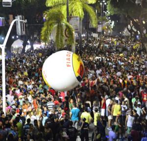 Milhares de pessoas seguiram os trios elétricos do Picolé de Manga (Foto: Rafael Queiroz/Secom-JP)