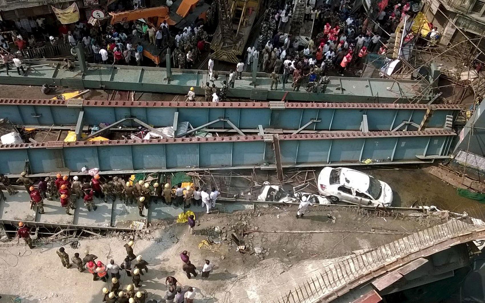 Ponte desabou parcialmente em Calcutá, no leste da Índia, nesta quinta-feira (31) (Foto: Rupak De Chowdhuri/Reuters )