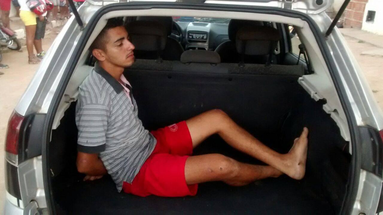 Suspeito tentou se esconder na casa de uma vizinha, mas, depois dos policiais fazerem buscas, ele foi encontrado, preso em flagrante