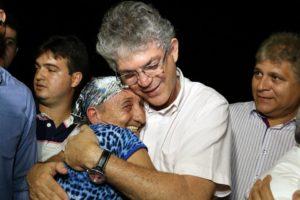 Ricardo abraça
