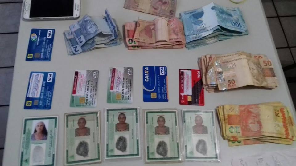 PRF apreendeu documentos, cartões e dinheiro com o grupo (Foto: Divulgação/PRF)