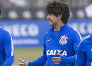Pato brinca com Rodriguinho durante treino desta sexta-feira (Foto: Daniel Augusto Jr/Ag. Corinthians)