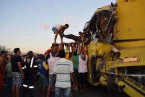Acidente envolveu dois ônibus e uma moto; cerca de 50 pessoas ficaram feridas