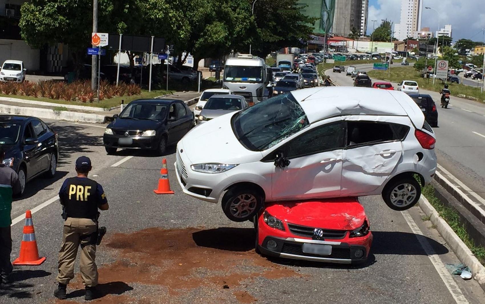 Motorista perdeu o controle, bateu na mureta e invadiu pista contrária