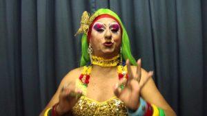 Ator faz a personagem Biuzinha Priqui do grupo de teatro Pastoril Profano (Foto: Reprodução/YouTube/Nordeste1)