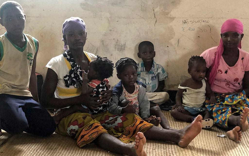Famílias desabrigadas pela passagem do ciclone Kenneth, no distrito de Pemba, em Moçambique, na sexta-feira (26) (Foto: Nour Hemici/WFP/AFP)