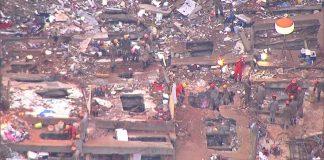 Bombeiros fazem buscas em escombros pelo quarto dia seguido na comunidade da Muzema, no Rio — Foto: Reprodução/ TV Globo