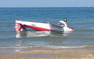 Um dos aviões caiu no mar (Foto: AP)