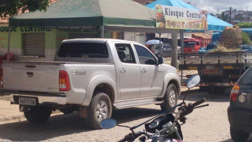 Criminosos tentaram roubar uma Hilux, mas o veículo travou e eles abandoram o carro