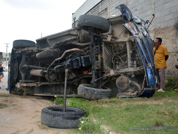 Van transportava passageiros de Bayeux para João Pessoa quando aconteceu o acidente (Foto: Walter Paparazzo)
