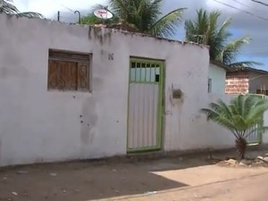 Marcas do tiroteio podem ser vistas nas paredes da casa, que fica no bairro do José Américo  (Foto: Reprodução/TV Cabo Branco)