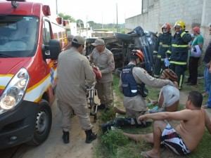 Cinco pessoas ficaram feridas e foram socorridas pelo Corpo de Bombeiros (Foto: Walter Paparazzo)