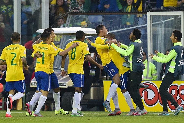 Jogadores da Seleção Brasileira comemoram com Thiago Silva, autor do primeiro gol em Santiago