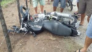 Motocicleta ficou destruída após a colisão (Foto: Reprodução/Whatsaap)