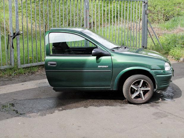 Corsa foi cortado em dois por homem em 'divisão de bens' após 12 anos de namoro (Foto: Reprodução/Ebay.de)