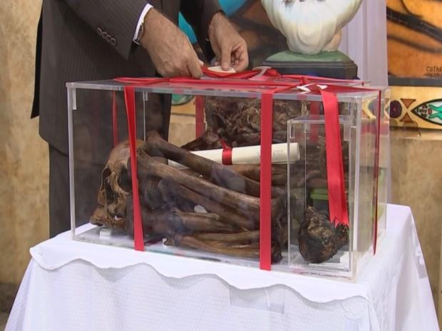 Restos mortais, inclusive o coração, foram expostos durante missa no domingo (Foto: Reprodução / TV TEM)