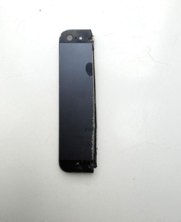 iPhone 5 foi cortado em dois e oferecido em leilão online (Foto: Reprodução/Ebay.de)