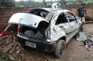 Veículo ficou totalmente destruído (Foto: Reprodução/WhatsApp)