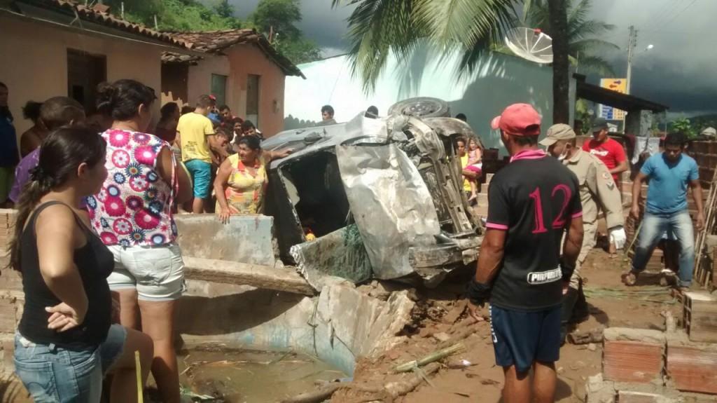 Motorista, possivelmente, perdeu o controle do veículo, capotou e atingiu uma residência (Foto: Ewerton Douglas)