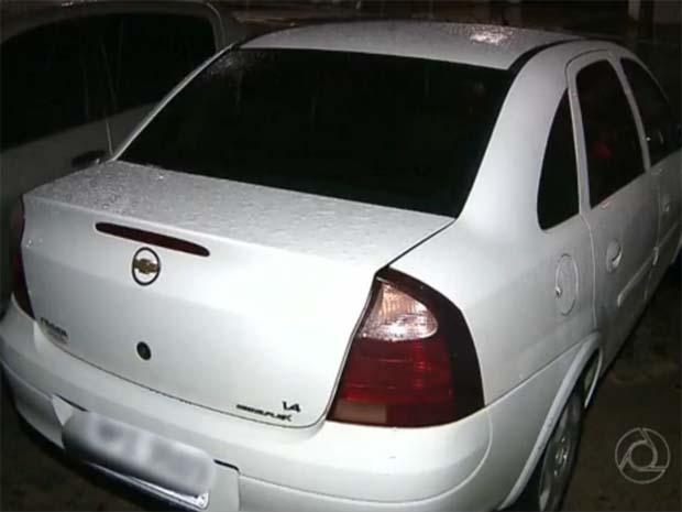 Jovem estava preso na mala do carro quando entrou em contato com os amigos (Foto: Reprodução / TV Cabo Branco)