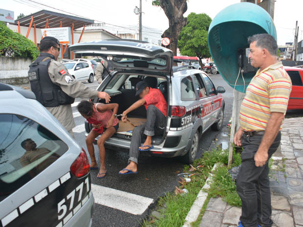 Policial à paisana acionou a PM para interromper o ato obsceno do casal (Foto: Walter Paparazzo)