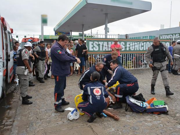 Homem foi socorrido pelo Samu e encaminhado para o Hospital de Emergência e Trauma de João Pessoa (Foto: Walter Paparazzo)