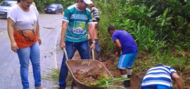 Prefeita se reuniu e tapou buracos de rodovia que dá acesso ao seu município (Foto: Reprodução/Facebook)