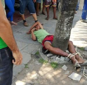 Jovem foi reconhecido pelo dono do mercadinho que ele possivelmente assaltou e amarrado em uma árvore (Foto: Clemilson Santos)