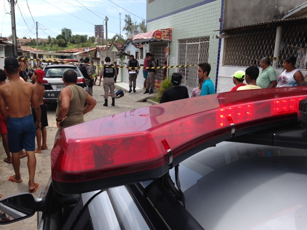 Jovem foi encontrado com faca encrava no pescoço em comunidade de João Pessoa (Foto: Walter Paparazzo)