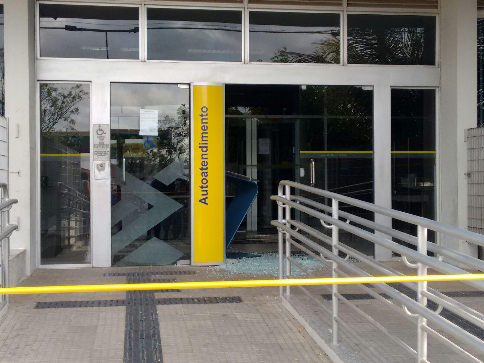 Cofre da agência bancária foi explodido durante a madrugada (Foto: Rede de Notícias PB)