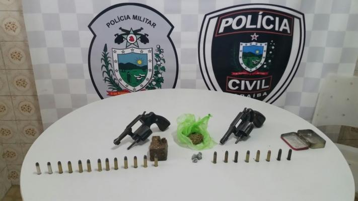 Além das prisões, os policiais apreenderam armas, munições, drogas e uma moto (Foto: Divulgação)