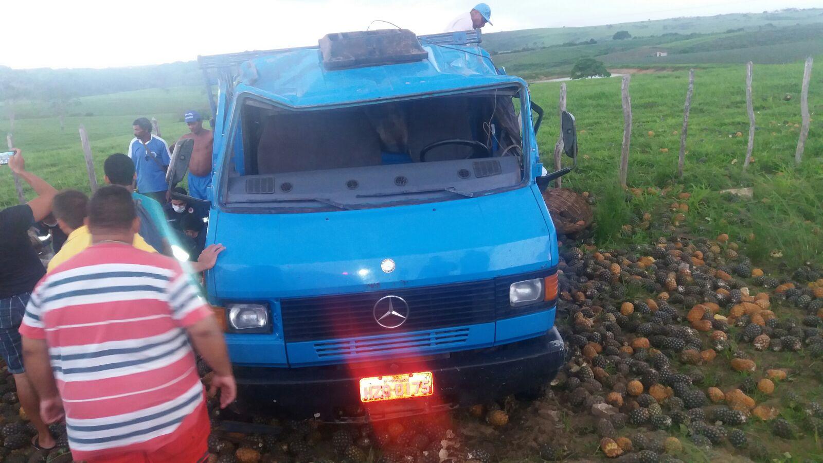 Oito pessoas ficaram feridas em acidente com caminhão carregado com abacaxi (Foto: JB)