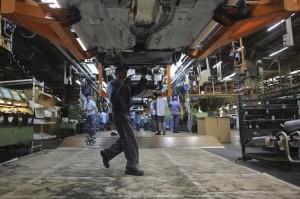 Funcionário trabalhando em fábrica de automóveis em São Paulo (Foto: REUTERS/Nacho Doce)