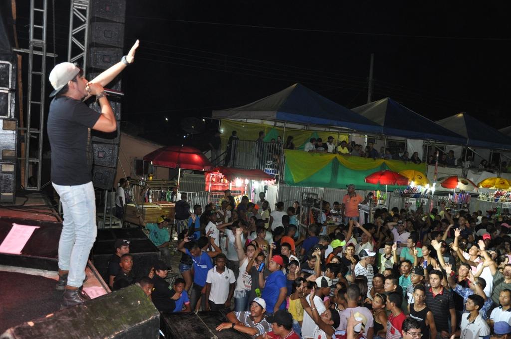 Público prestigiou Tonny Farra, que foi a última atração a se apresentar (Foto: Fabiano Lopes / MAnchetePB)