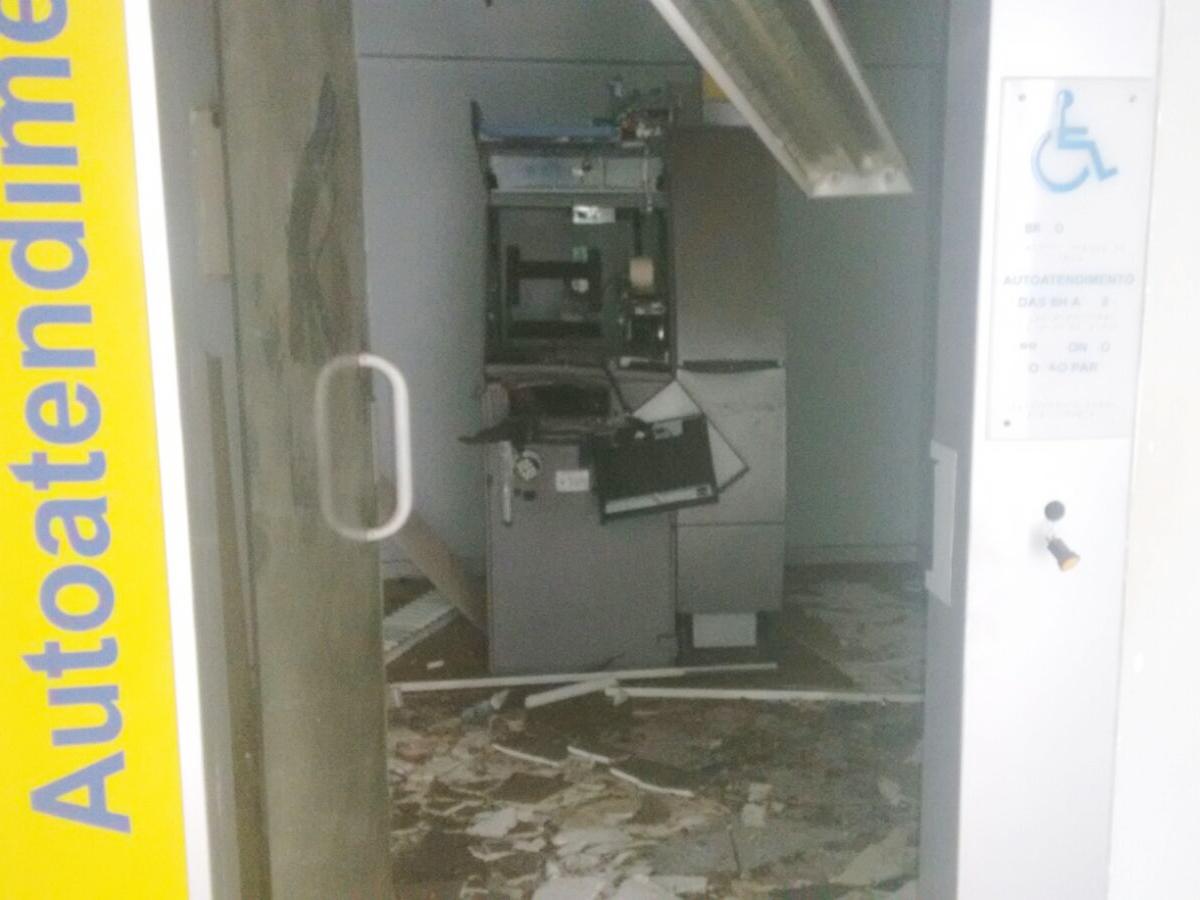 Caixa eletrônico ficou completamente destruído em Brejo do Cruz, no Sertão da Paraíba (Foto: Rafaela Gomes)