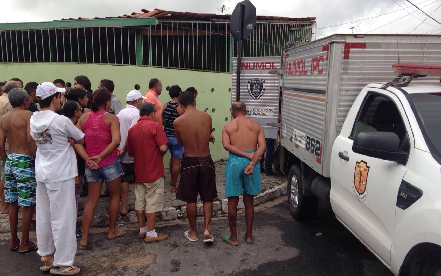 Vítima foi achada na esquina das ruas José Tadeu Cabral e Eurydice de Barros Esteves, em Mangabeira (Foto: Walter Paparazzo)