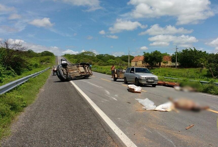 Caixões com corpos foram lançados na rodovia (Foto: Folha do Sertão)