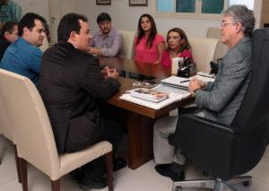 Ricardo durante a assinatura do termo de cooperação técnica com representares da Rede Carajás