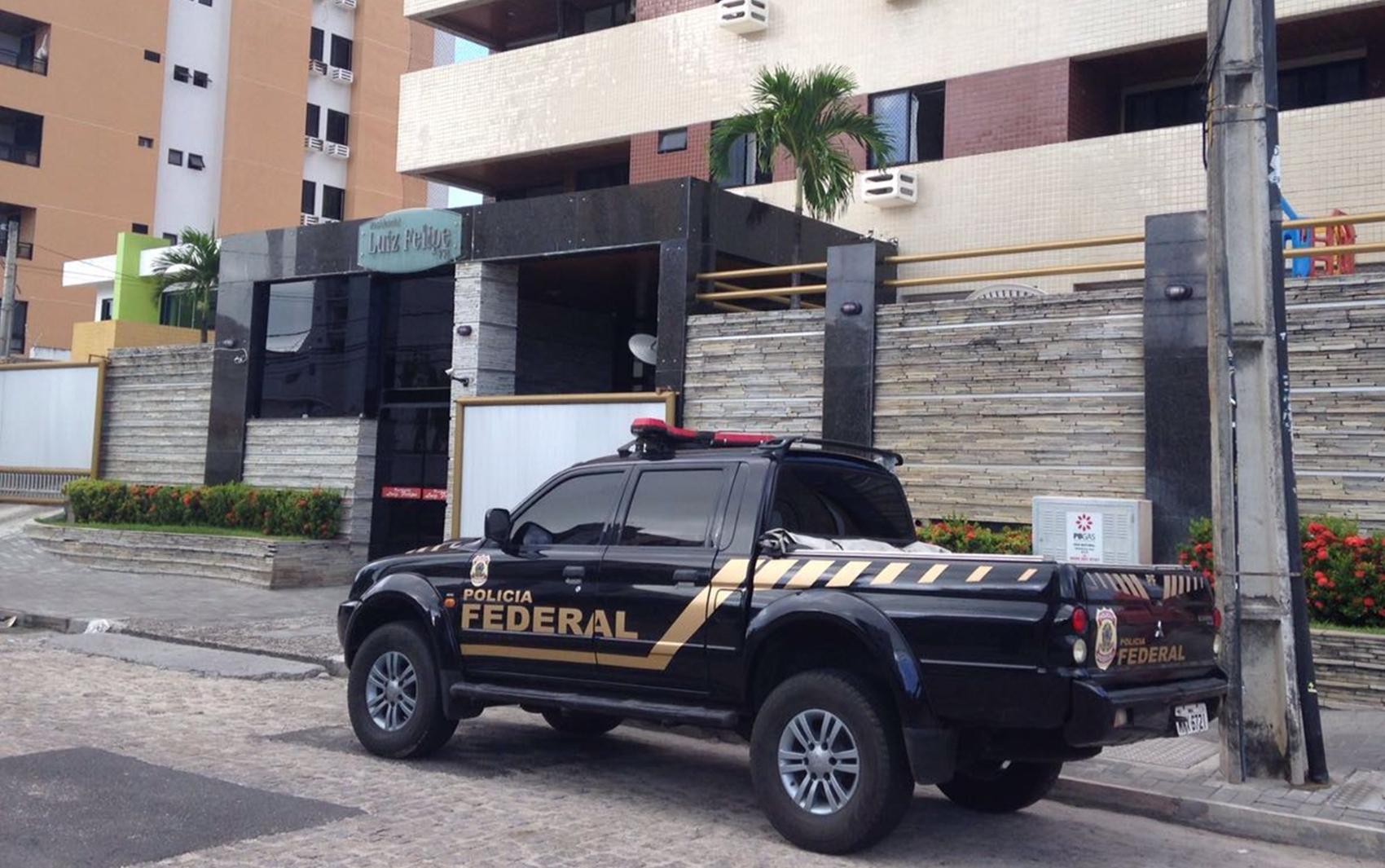 Equipe da Polícia Federal cumpriu mandado em residencial no bairro de Manaíra, em João Pessoa (Foto: Walter Paparazzo)