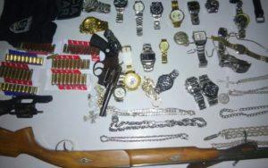 Armas e joias apreendidas na casa dos suspeitos (Foto: Volney Andrade)