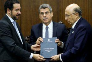 Os ministros Dyogo Oliveira e Henrique Meirelles entregam a proposta de Orçamento da União para 2017
