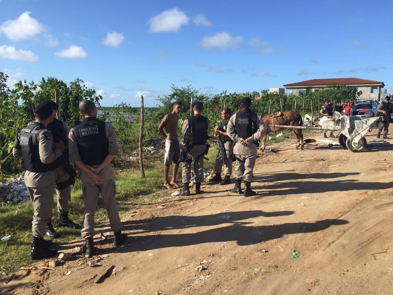 Corpo foi encontrado dentro de carroça, em Mandacaru, João Pessoa (Foto: Walter Paparazzo)