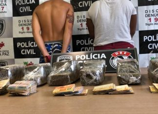 Seis tabletes de maconha e R$ 5 mil foram apreendidos no bairro de Cruz das Armas — Foto: Walter Paparazzo/G1