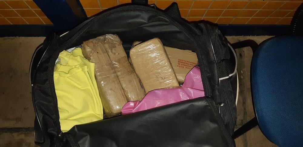 Mala de mão com 2,2kg de maconha apreendida pela PRF — Foto: Divulgação/PRF