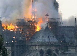 Incêndio atingiu a Catedral de Notre-Dame nesta segunda (15) em Paris — Foto: François Guillot/AFP