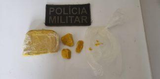 Foram encontradas pedras semelhantes a crack pesando aproximadamente 1,5 kg (Foto: Assessoria 4º BPM)