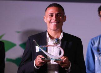 João Paulo exibe o prêmio de craque do Catarinense 2019 (Foto: Léo Munhoz / Diário Catarinense)