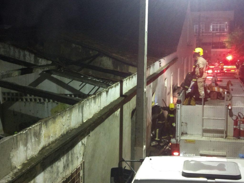O fogo foi controlado pelo Corpo de Bombeiros (Foto: Reprodução/Internet)